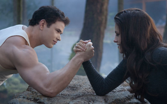 breaking-dawn-part-2-emmett-bella-arm-wrestle