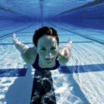ragazza-piscina-gravida
