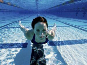 ragazza piscina gravida