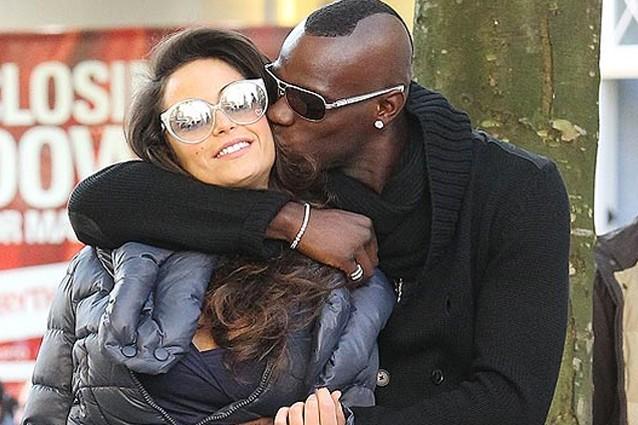 Mario Balotelli bacia Raffaella Fico foto