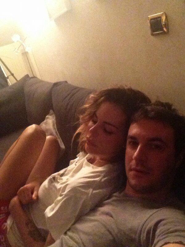 Nina moric e matteo bobbi innamorati su twitter - Coppia di amatori che scopano sul divano ...