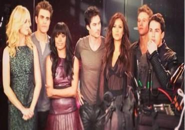 the vampire diaries 5 cast 370x261 The Vampire Diaries 5, spoiler: il dietro le quinte delle foto promozionali e una nuova data per la premiere immgine