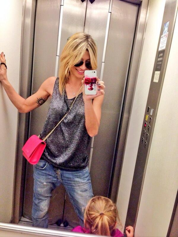 Fotografia maddalena corvaglia selfie ascensore - Selfie in bagno ...