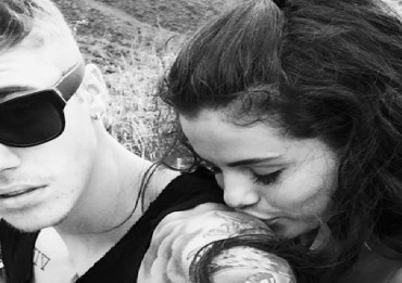justin-bieber-selena-gomez-kissing-shoulder-ftr