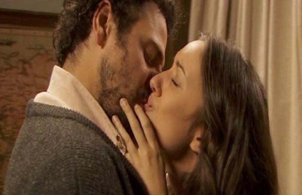 il-segreto-aurora-conrado-bacio
