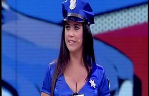 poliziotta-avanti-un-altro.