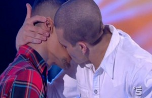 amici-15-bacio-gay-tra-gabriele-esposito