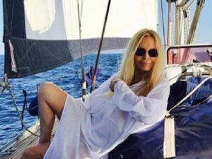 Patty Pravo: frattura alla spalla per la cantante, vacanze interrotte?