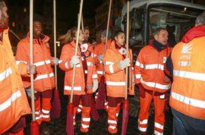 ragazzi di amici puliscono strade di roma