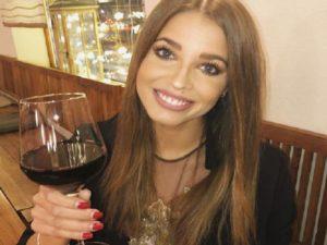 ivana mrazova con calice di vino