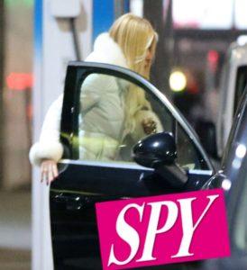 loredana lecciso esce dall'auto per incontrare al bano