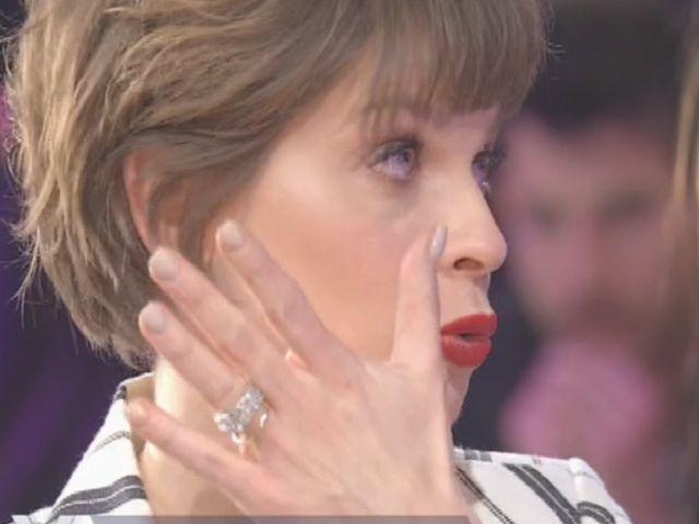 Alessandra Amoroso indossa una giacca di piume a Sanremo