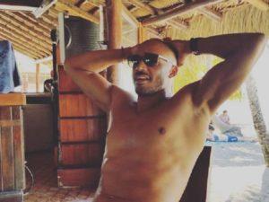 amaurys perez sull'isola con gli occhiali
