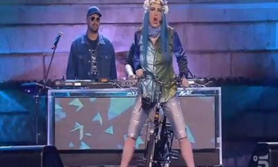 loredana berte in bici mentre canta