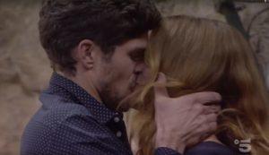 Elia Fongaro e Jane Alexander si baciano