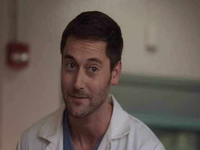 Ryan Eggold in un episodio della serie New Amsterdam