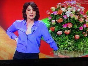 Elisa Isoardi la Prova del Cuoco mazzo di rose