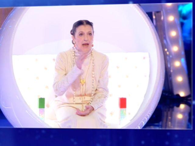 Carla Fracci inciampa a Live-Non è la d'Urso: paura in studio VIDEO