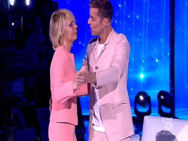 Serale Amici, Maria De Filippi e Ricky Martin ballano insieme prima delle polemiche