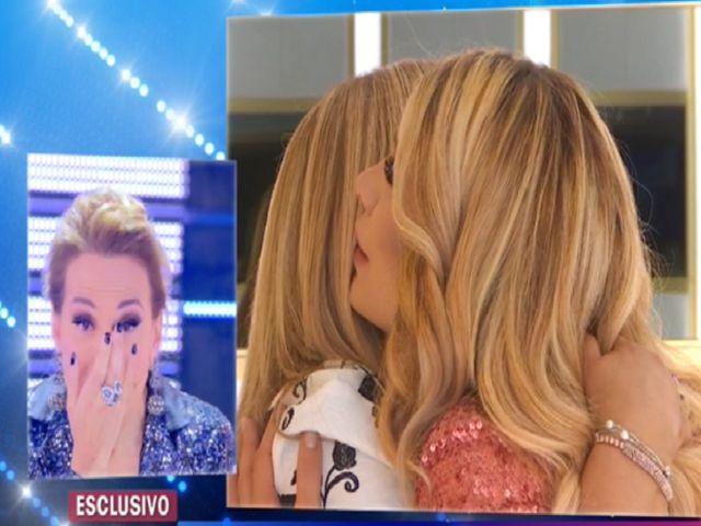 Paola Caruso incontra la presunta madre biologica: Barbara d'Urso in lacrime