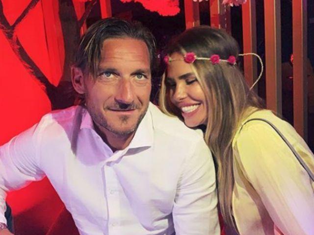 Francesco Totti e Ilary Blasi rosso