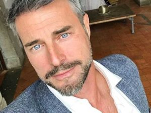 Flavio Montrucchio selfie occhi e giacca