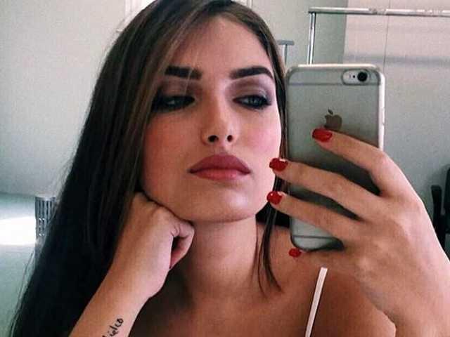 Nilufar Addati selfie top bianco