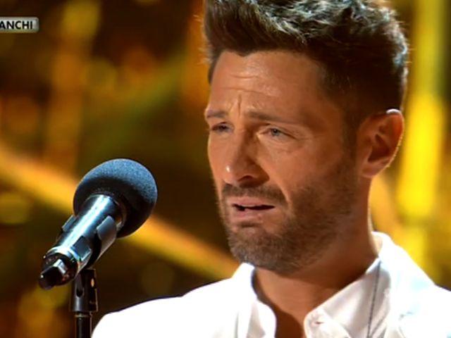 Filippo Bisciglia si commuove ad Amici Celebrities e smette di cantare