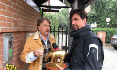 Valerio Staffelli consegna il tapiro a Marco Columbro