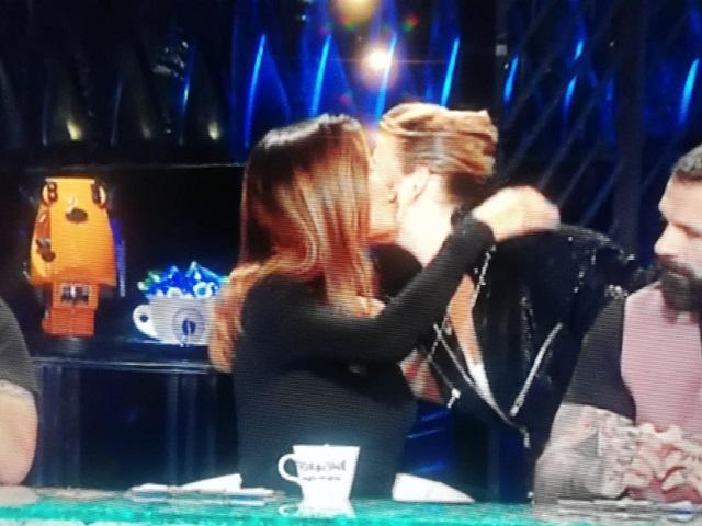 Emma Marrone cerca e bacia Belen a Tu Sì Que Vales: il gesto conquista