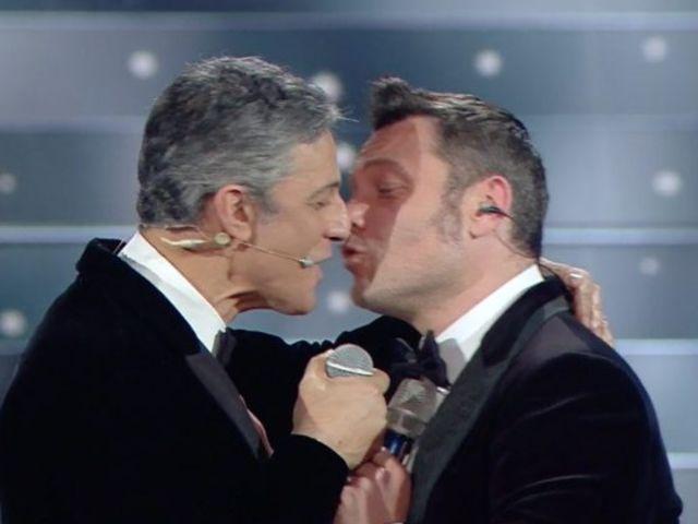 tiziano ferro e fiorello si baciano
