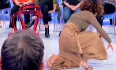 Foto Barbara De Santi che cade a Uomini e Donne