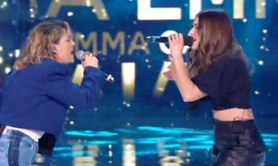 emma e gaia cantano insieme ad amici
