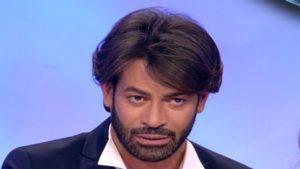 UeD Gianni Sperti stravolge il look (foto) e spiega il motivo: la scelta