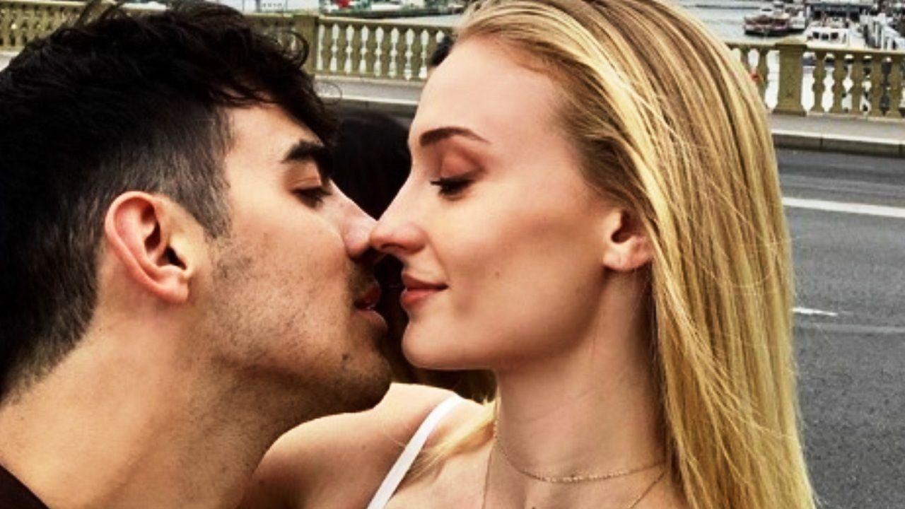 Foto di Joe Jonas e Sophie Turner che si baciano