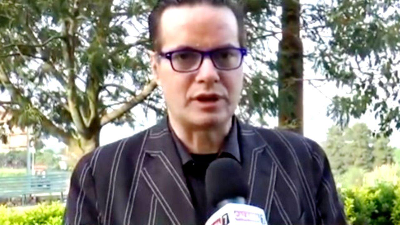 Una foto di Klaus Davi durante un'intervista