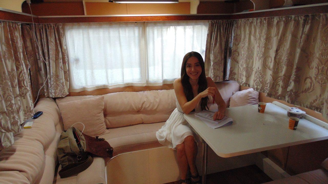 Ozge Gurel nella sua roulotte sul set di Bay Yanlis