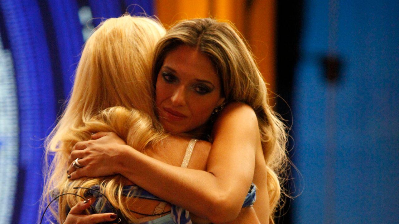 guenda goria abbraccia la madre