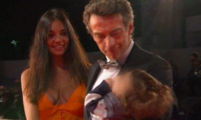 alessio boni sul red carpet di venezia col figlio neonato in braccio