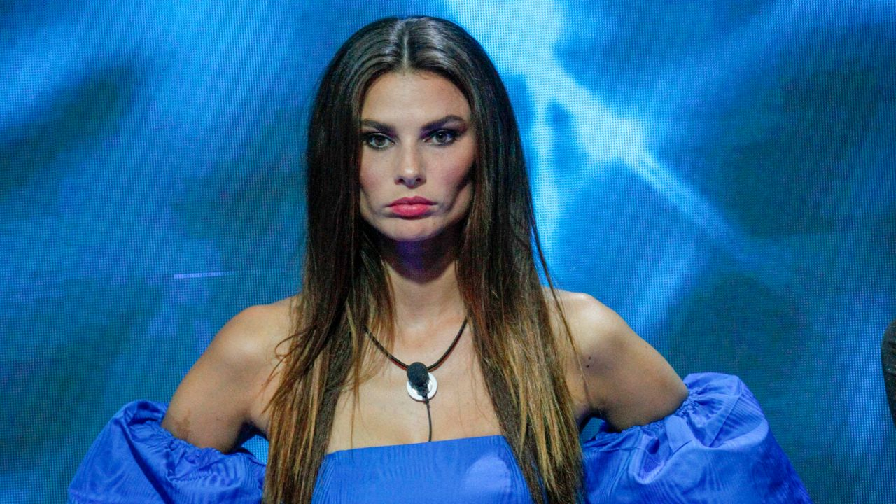 dayane mello con vestito blu al gf vip