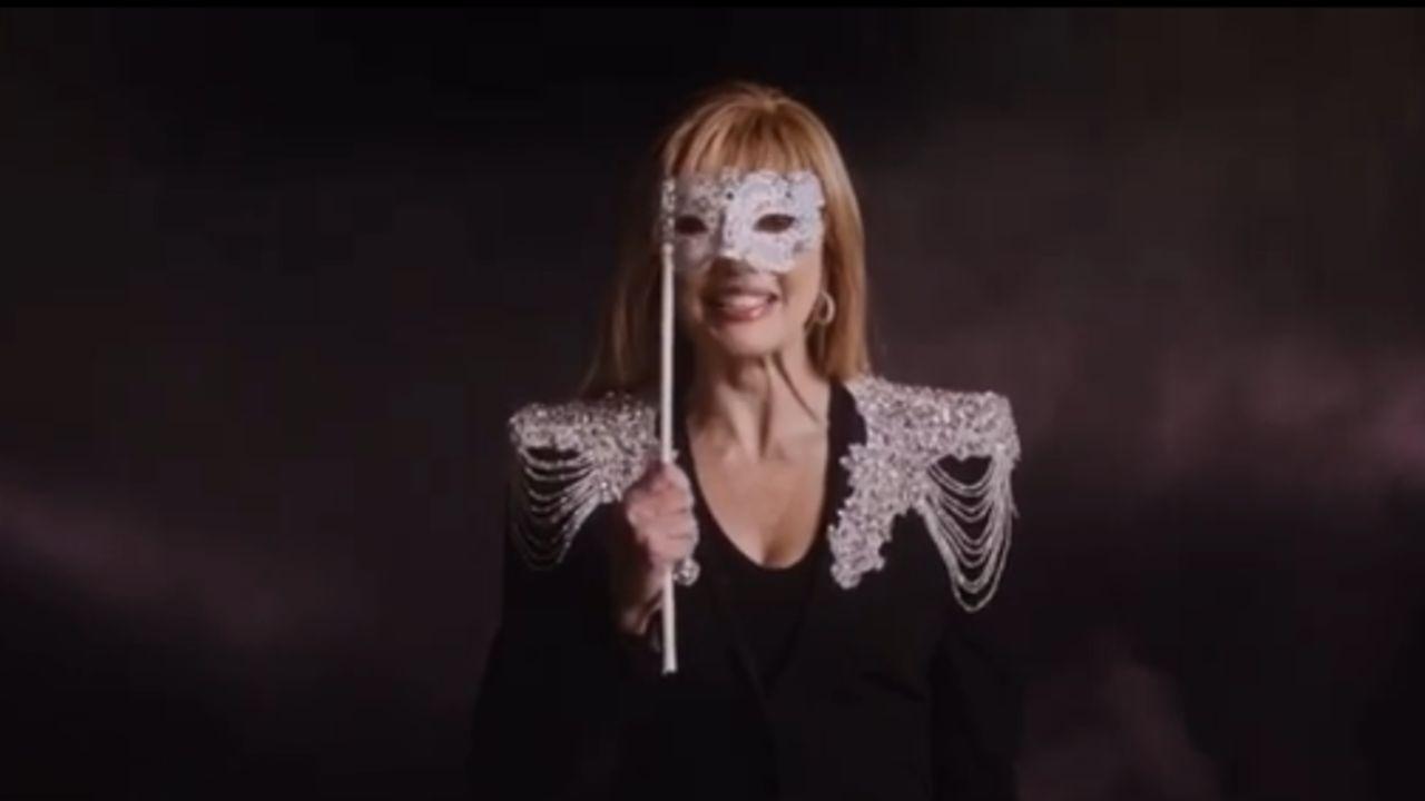 milly carlucci il cantante mascherato e la giuria scelta