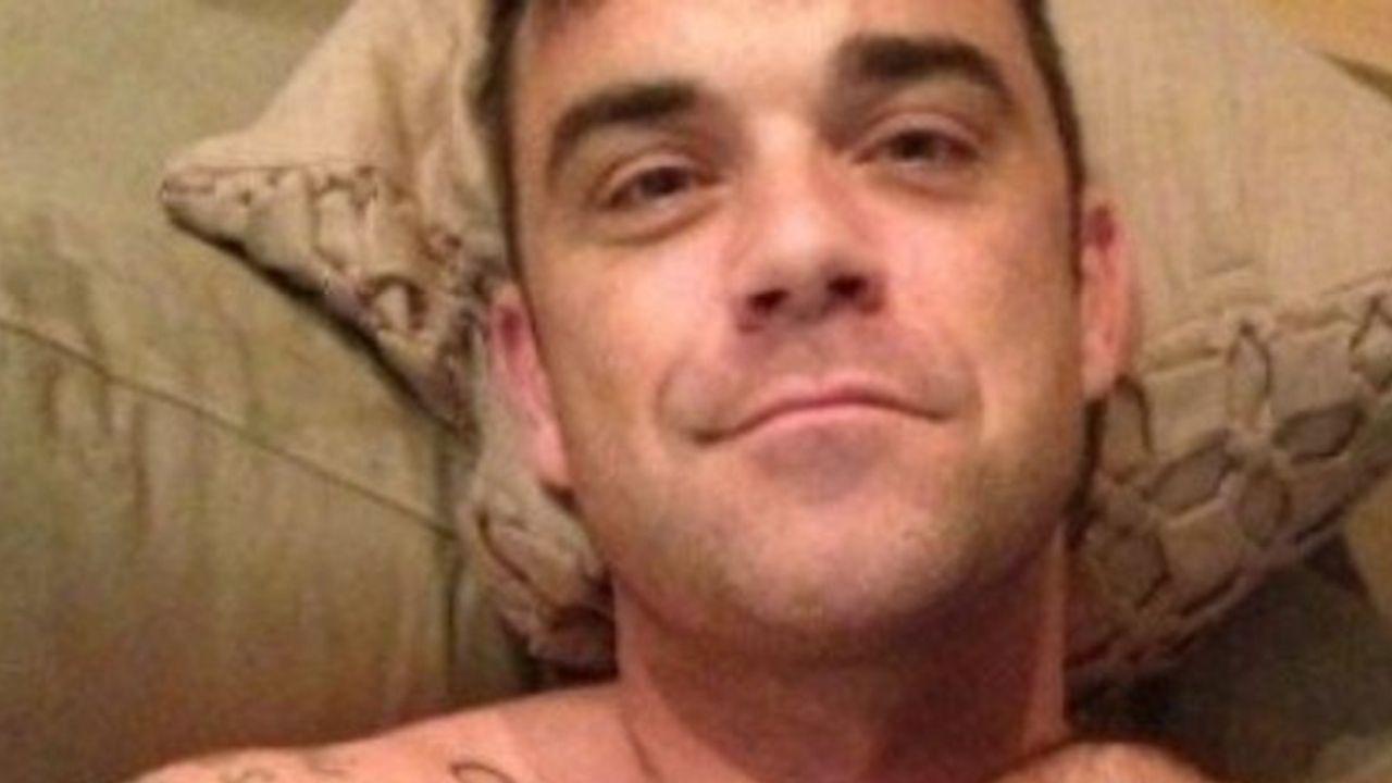 robbie williams selfie sdraiato