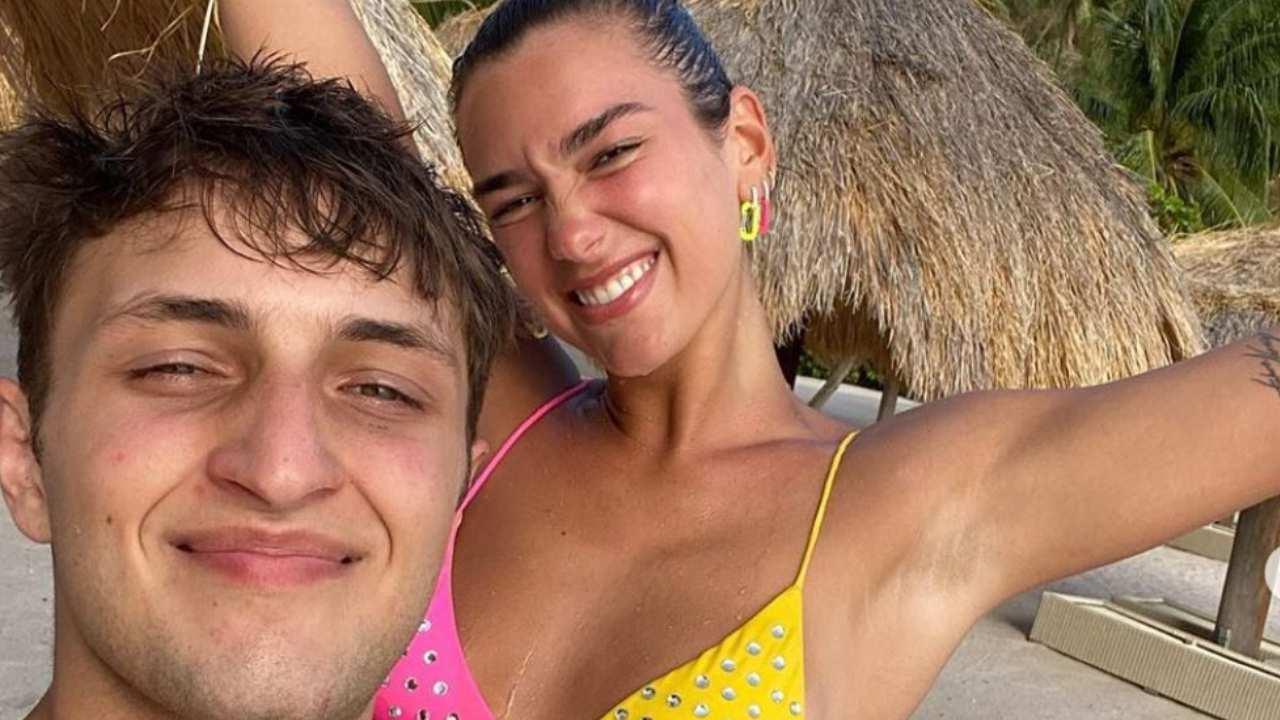 dua lipa e anwar hadid selfie in spiaggia