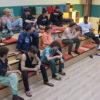 allievi amici seduti sugli scaloni