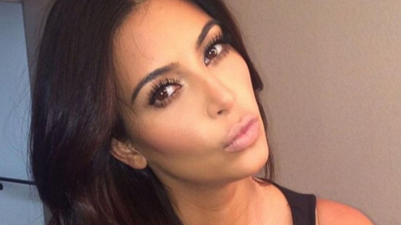 kim kardashian testa chinata di lato