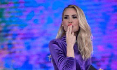 ilary blasi manda bacio all'isola dei famosi