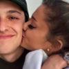 ariana grande bacia sulla guancia il fidanzato dalton