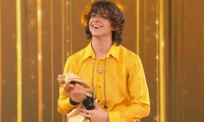 sangiovanni con camicia gialla al serale
