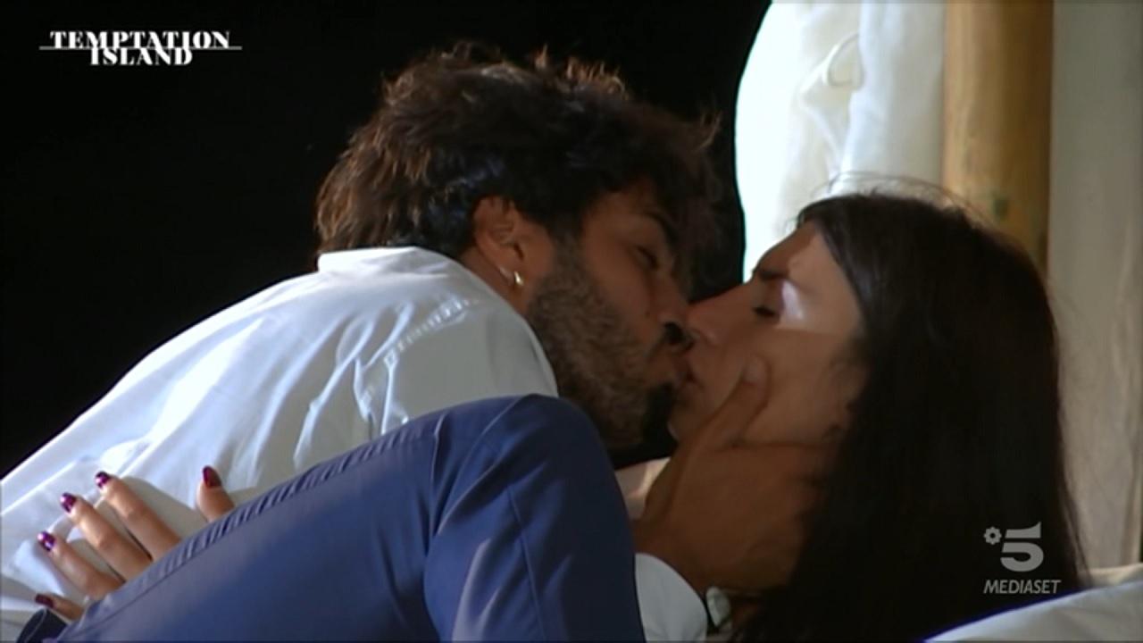 Temptation, Manuela kiss