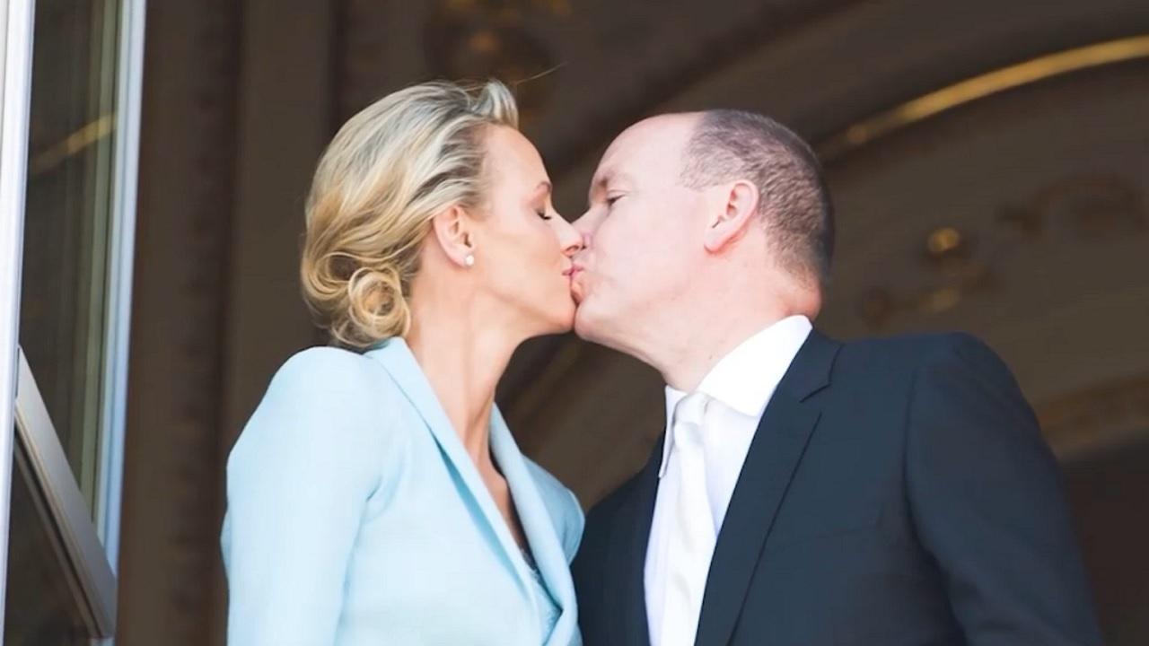 Charlene bacio ad Alberto